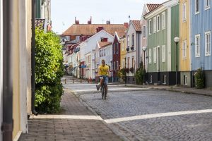 Man som cyklar genom Västervik
